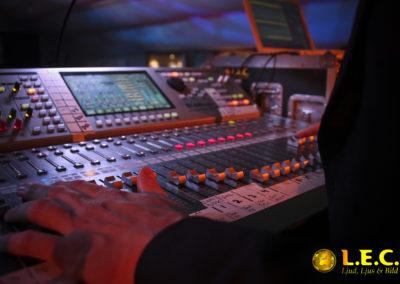 Tekniker styr mixerbord